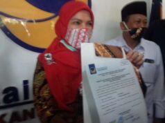 Eva Dwiana dan Dedi Amarullah menunjukan form dari DPP Partai Nasdem sebagai syarat untuk mendaftar sebagai pasangan kepala daerah-wakil kepala daerah pada Pilkada Desember 2020.