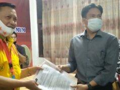 Ike Edwin (kiri) menyerahkan berkas keberatan hasil pleno KPU Bandarlampung kepada Ketua Bawaslu Bandarlampung, Candrawansyah, Rabu malam (26/8/2020).
