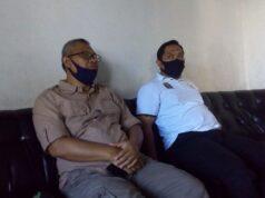 Ketua PKS Lampung Utara, Agung Utomo (kiri) dan sekretaris partai, M. Nuzul Setyawan menjelaskan tujuan pemotongan hewan kurban