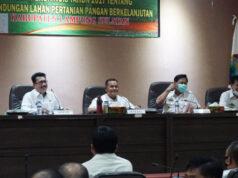 Bupati Nanang Ermanto (tengah) memimpin rapat kordinasi implementasi Perda Nomor 8 Tahun 2017 di Aula Krakatau Kantor Bupati Lamsel, Rabu (12/8/2020). Foto: Diskominfo Lampung Selatan