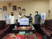 Sekda Kota Bandarlampung, Badri Tamam, menerima bantuan APD dari PT Nestle Indonesia di ruang kerjanya, Rabu 5 Agustus 2020.