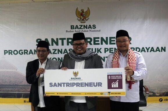 Dirut Baznas, M Arifin Purwakananta (tengah) didampingi Kepala Divisi Pendayagunaan Baznas, Randi Swandaru (kanan) dan Kepala Baznas Microfinance, Noor Azis (kiri) meluncurkan program Santripreneur di Jakarta, Senin (22/10/2018). - Istimewa