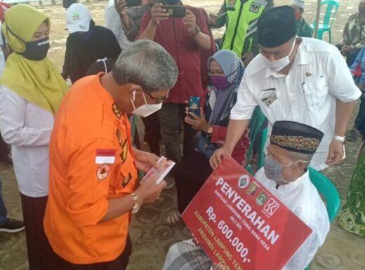 Bupati Loekman Djoyosumarto Serahkan BLT di Kecamatan Punggur