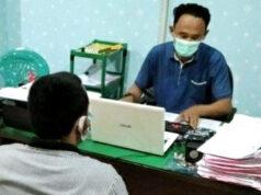 Tersangka Baim alias BS (kemeja putih), otak pelaku atau bos mucikari yang melibatkan artis Vernita Syabilla saat dilakukan pemeriksaan oleh penyidik Unti PPA Satreskrim Polresta Bandarlampung.