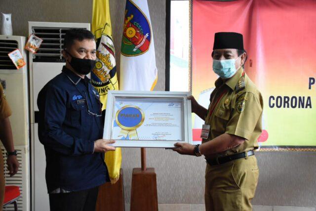 Kepala BPS Provinsi Lampung, Faizal Anwar, menyerahkan penghargaan kepada Walikota Herman HN, Selasa (18/8/2020).
