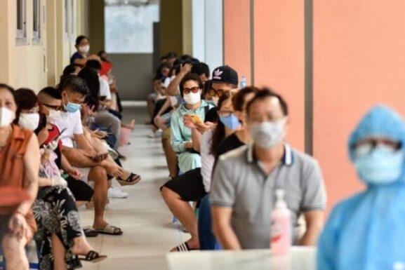 Warga Vietnam menunggu untuk diuji kesehatannya melalui rapid test di Kota Hanoi, Juma, (31 Juli 2020. Foto: AFP via Straits Times