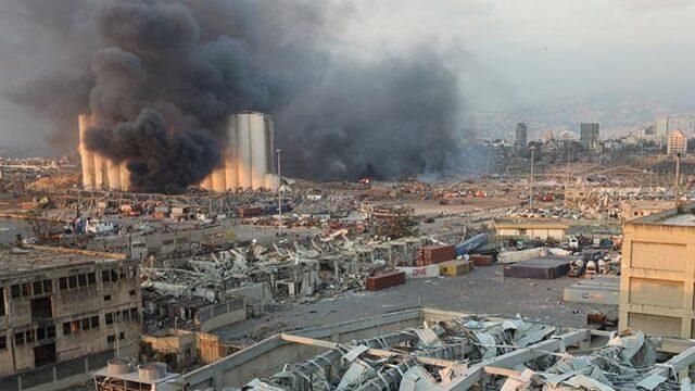 Asap mengepul di lokasi ledakan bahan peledak di daerah pelabuhan Beirut, Lebanon, 4 Agustus 2020. Puluhan warga dilaporkan meninggal dunia dan ribuan orang mengalami luka-luka pasca- ledakan besar yang mengguncang Beirut, Lebanon. REUTERS/Mohamed Azakir