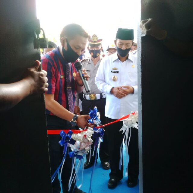 Ketua Komisi III DPRD Lampung Utara, Joni Bedyal diberikan kehormatan oleh Plt. Bupati Lampung Utara, Budi Utomo (kemeja putih) untuk memotong pita peluncuran Blue di Dinas Perhubungan Lampung Utara.