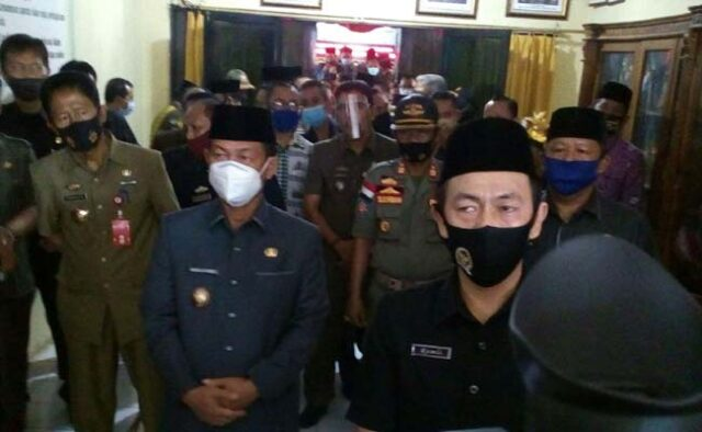 Ketua DPRD Lampung Utara, Romli (masker hitam) didampingi Plt Bupati Lampung Utara, Budi Utomo usai sidang paripurna pengusulan Budi Utomo sebagai bupati periode 2019-2024