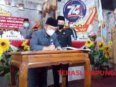 Plt Bupati Lampung Utara, Budi Utomo menandatangani nota kesepakatan Raperda Perubahan APBD menjadi Perda Perubahan APBD 2020, Rabu (30/9/2020).