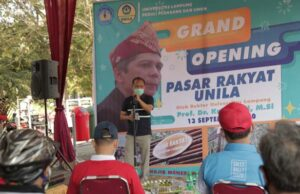Rektor Unila Prof. Karomani meresmikan Pasar Rakyat Unila,Minggu (13/9/2020).