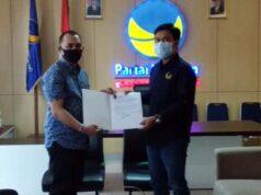 Ketua Bapilu DPW Partai Nasdem Lampung Febrio Martha Mustafa (kiri) menyerahkan rekomendasi dari DPP ke Ketua DPD Nasdem Mesuji Fuad Amrullah.