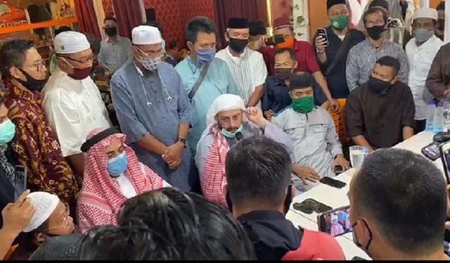 Syekh Ali Jaber (tengah) memberikan keterangan kepada para wartawan di sebuah rumah makan di Bandarlampung, Senin (14/9/2020), terkait insiden penusukan yang dialaminya.