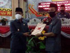 Plt Bupati Lampung Utara, Budi Utomo menyampaikan dokumen KUA-PPAS Perubahan APBD 2020 kepada Ketua DPRD, Romli