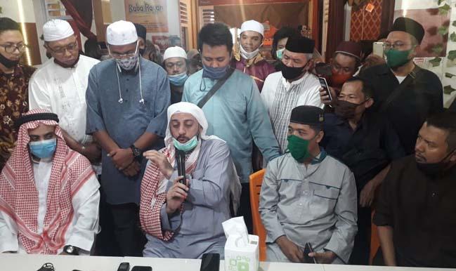 Syekh Ali Jaber saat memberikan pernyataan kepada awak media di Baba Rayan Cafe and Resto di Jl Pangeran Emir M Noor, Kelurahan Durian Payung, Tanjungkarang Pusat, Bandarlampung, Senin (14/9/2020).