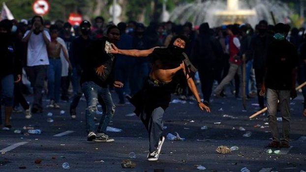 Risma Damprat Demonstran yang Merusak Pot Bunga dan Taman Kota