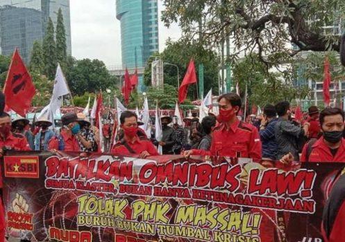 Para buruh berunjuk rasa menolak RUU Omnibus Law, di Jakarta, Senin (5/10/2020).