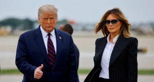 Presiden AS Donald Trump bersama sang istri, Melania Trump tiba di Bandara Internasional Cleveland Hopkins, Ohio, AS, 29 September 2020. Melalui akun Twitter-nya pada Jumat (2/10), Donald Trump menyatakan bahwa dirinya dan sang istri, Melania terinfeksi virus Corona. Foto: REUTERS via Tempo