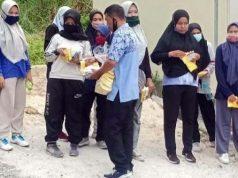 Tim pendukung Rycko Menoza membagi handuk alat peraga kampanye (APK) dari tim Rycko Menoza kepada para guru SMPN 16 yang kebetulan melintas di dekat rumah Rycko Menoza ketika jalan sehat pada Jumat lalu (9/10/2020). Foto: Istimewa