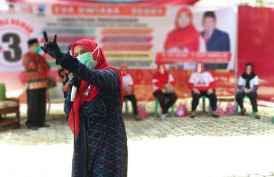 Eva Dwiana saat kampanye tatap muka di Jalan K.H. Ahmad Dahlan, Kelurahan Pahoman, Kecamatan Enggal, Jumat, 16 Oktober 2020.