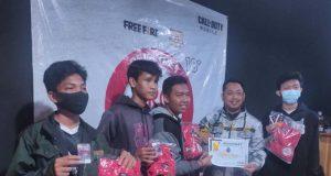 Penyerahan hadiah kepada juara turnamen game online yang dilakukan oleh Ketua E-Sport Lampung Utara.