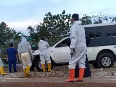 "Petugas sedang menyiapkan pemakaman A, warga Sidomulyo, Lampung Selatan yang meninggal karena Covid-19, Kamis (1/10/2020). Foto"" Teraslampung.com/Zainal Asikin"