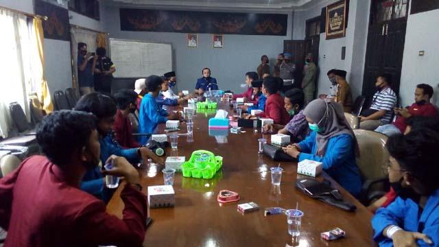 Perwakilan organisasi mahasiswa Lampung Utara membahas sikap fraksi DPRD terkait UU Omnibus Law, Selasa (13/10/2020).