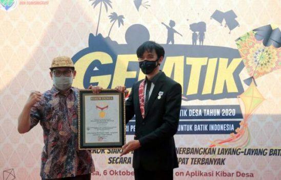 Triyono dari Museum Rekor Indonesia menyerahkan sertifikan kepada Menteri Desa PDTT Abdul Halim Iskandar.