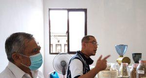 Kepala Dinas Kehutanan Provinsi Lampung, Yanyan Ruchyansyah (kanan) didampingi Ketua Rumah Kolaborasi Warsito (kiri) menjelaskan rencana Festival Kehutanan Lampung,Jumat (30/10/2020).