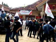 Ketua PGK Lampung Utara, Exsadi (memegang micropon) berorasi untuk memprotes kebijakan penunjukan Perum Bulog sebagai manajer penyedia komoditas program sembako untuk E-Warung