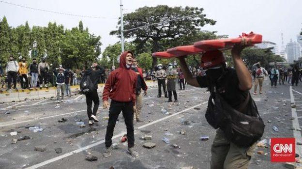 Demonstran penolak Omnibus Law Cipta Kerja bentrok dengan polisi di Harmoni, Jakarta Pusat, Kamis (8/10). (CNN Indonesia/Bisma Septalisma)