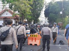 Polisi bubarkan paksa aksi tolak UU Omnibus Law di depan gedung negara Grahadi Surabaya, Kamis (8/10/2020). Foto: Kompas.com
