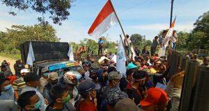 Para petani singkong menggelar aksi unjuk rasa di pabrik singkong PT Teguh Wibawa Bhakti Persada (TWBP) Kotabumi Utara, Lampung Utara, Rabu (21/10/2020).