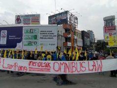 Ratusan aktivis PMII dari beberapa daerah di Lampung menggelar aksi unjuk rasa menolak UU Cipta Kerja di Bundaran Tugu Adipura Bandarlampung, Jumat (9/10/2020).