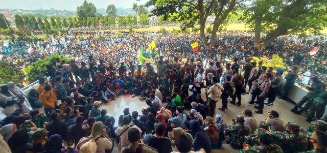 Demo Tolak Omnibus Law: Ribuan Demonstran Geruduk DPRD Lampung