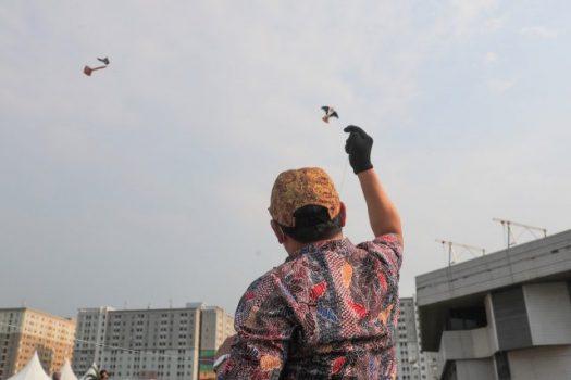 Menteri Desa PDTT Abdul Halim Iskandar menerbangkan layang-layang batik pada perhelatan Gebyar Layang-layang Batik (Gelatik), Selasa (6/10/2020).