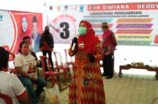 Eva Dwiana dalam kampanye tatap muka di Jalan Tupai, Gang Salak, Kelurahan Sidodadi, Kecamatan Kedaton, Bandarlampung, Senin, 26 Oktober 2020.
