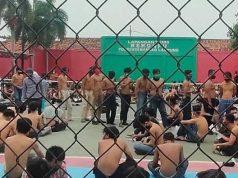 Para pelajar dan mahasiswa akan ikut aksi Omnibus Law di Bundaran Tugu Adipura Bandarlampung ditangkap polisi, Kamis (8/10/2020). Mereka kemudian dikumpulkan di lapangan tenis Polrsta Bandarlampung.