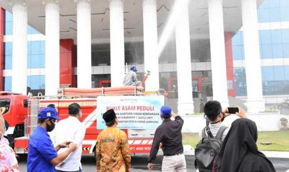 Walikota Herman HN menyaksikan kemampuan mobil Damkar bantuan dari PT Bukit Asam Unit Pelabuhan Tarahan, Jumat (9/10/2020).