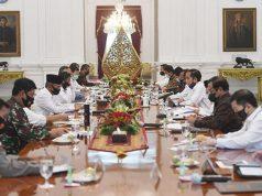 Presiden Jokowi (kelima kanan) memimpin rapat kabinet terbatas mengenai percepatan penanganan dampak pandemi COVID-19 di Istana Merdeka, Jakarta, Senin, 29 Juni 2020. Teguran tersebut disampaikan Jokowi dalam Sidang Kabinet Paripurna yang digelar secara tertutup pada 18 Juni 2020. ANTARA/Akbar Nugroho Gumay