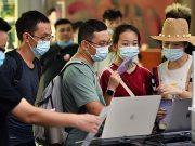 Para turis berbelanja di pusat perbelanjaan bebas pajak (duty free) di Kota Sanya, Provinsi Hainan, Cina, 5 Oktober 2020. Hainan mencatatkan lonjakan penjualan produk bebas pajak selama liburan Hari Nasional dan Festival Pertengahan Musim Gugur. Xinhua/Guo Cheng