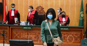 Vanessa Angel meninggalkan persidangan usai mendengarkan tuntutan JPU dalam persidangan kasus dugaan penyalahgunaan dan kepemilikan narkotika di Pengadilan Negeri Jakarta Barat, Kamis 15 Oktober 2020. Artis berusia 28 tahun ini hanya dikenakan status tahanan kota karena tengah mengandung dan karena situasi pandemi. Tempo/Nurdiansah