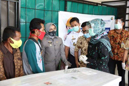 Wagub Lampung menyerahkan jenazah Rina, pekerja migran Indonesia (PMI) asal Desa Teluk Dalem Ilir, Kecamatan Rumbia, Lampung Tengah, kepada keluarganya., Jumat (2/10/2020).