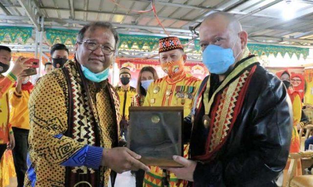 Ketua DPD RI saat menerima penghargaan Adi Karsa Utama dari Rektor Institut Teknologi Sumatera (ITERA) Prof. Ofyar Z. Tamin, di Bandar Lampung, Rabu (11/11/2020).