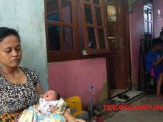 Nurjanah bersama anak ke limanya di rumah kontrakannya yang berada di Kelurahan Pesawahan