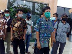 Warga Desa Labuhanratu Kampung yang mendatangi kantor PN Kotabumi sebagai bentuk dukungan terhadap kasus yang dihadapi kepala desa mereka.