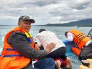 Dihantam angin dan ombak kencang saat akan melakukan kampanye menyapa warga dan berdialog langsung dengan warga menuju ke Pulau sebesi, Cawabup nomor urut 2, Antoni Imam (tengah) mabuk laut.