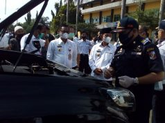 Bupati Budi Utomo (kopiah) didampingi Kepala BPKA Lampung Utara, Desyadi, memeriksa kondisi fisik kendaraan dalam apel mobil dinas pejabat Pemkab Lampung Utara, Rabu (18/11/2020).