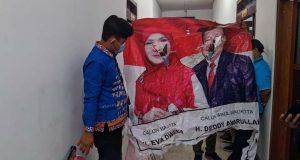 Barang bukti banner milik Paslon nomer tiga Eva Dwiana – Deddy Amarullah yang dirusak.