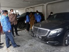 Pjs Bupati Lampung Selatan, Sulpakar bersama Koordinator Unit Kerja Labuksi KPK, Mungki Hadipratikto saat mengecek barang rampasan yang diserahkan kepada Pemkab Lampung Selatan.